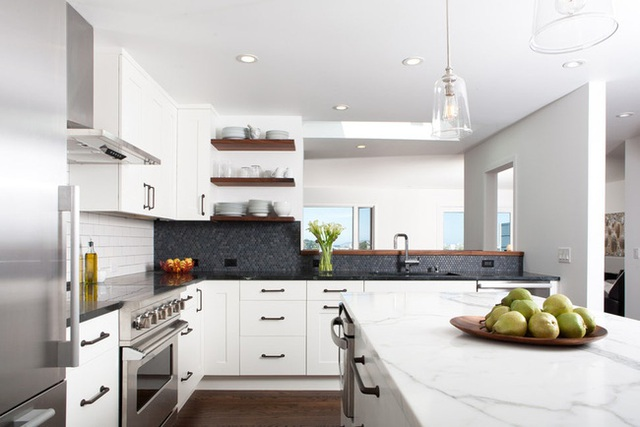 Căn bếp đen - trắng vừa đẹp vừa sang lại luôn gọn gàng ngăn nắp - Ảnh 2.