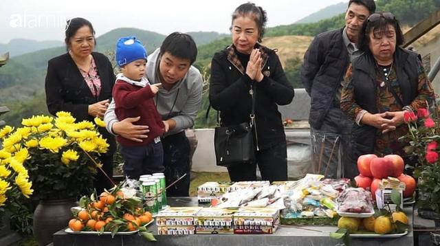Người Hà Nội sắm sửa điện thoại, đồng hồ cùng con cháu đi tảo mộ mời gia tiên về ăn Tết - Ảnh 11.