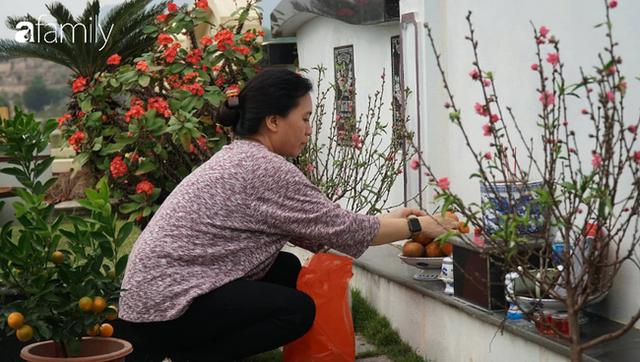 Người Hà Nội sắm sửa điện thoại, đồng hồ cùng con cháu đi tảo mộ mời gia tiên về ăn Tết - Ảnh 12.