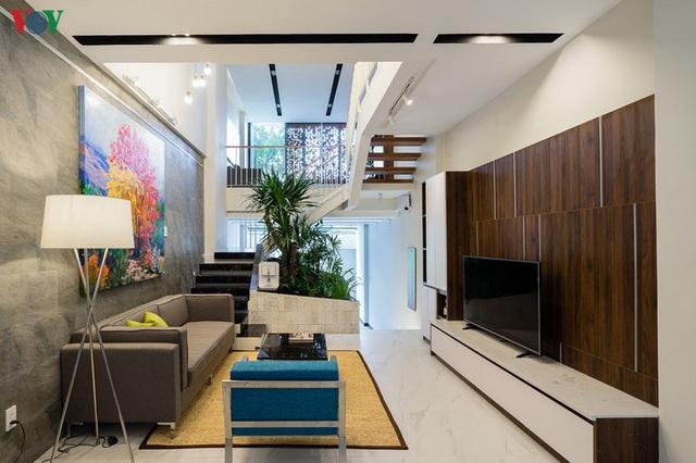 Ngôi nhà phố có những cánh cửa gỗ trổ hình tam giác gây hiệu ứng đặc biệt trong nhà - Ảnh 3.