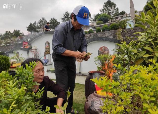 Người Hà Nội sắm sửa điện thoại, đồng hồ cùng con cháu đi tảo mộ mời gia tiên về ăn Tết - Ảnh 4.