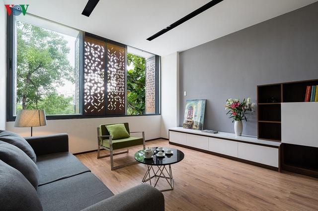 Ngôi nhà phố có những cánh cửa gỗ trổ hình tam giác gây hiệu ứng đặc biệt trong nhà - Ảnh 6.