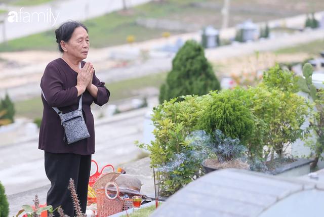 Người Hà Nội sắm sửa điện thoại, đồng hồ cùng con cháu đi tảo mộ mời gia tiên về ăn Tết - Ảnh 7.