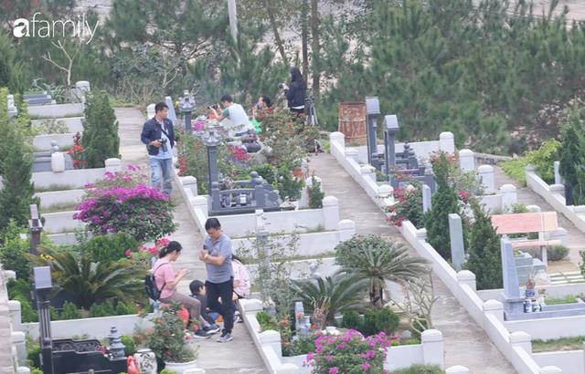 Người Hà Nội sắm sửa điện thoại, đồng hồ cùng con cháu đi tảo mộ mời gia tiên về ăn Tết - Ảnh 8.