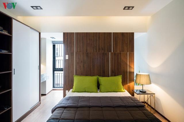 Ngôi nhà phố có những cánh cửa gỗ trổ hình tam giác gây hiệu ứng đặc biệt trong nhà - Ảnh 8.