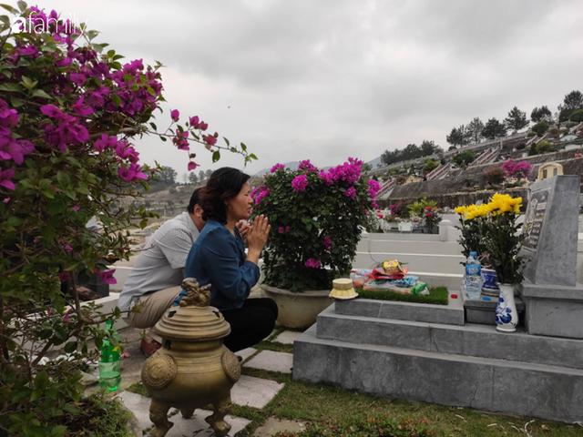 Người Hà Nội sắm sửa điện thoại, đồng hồ cùng con cháu đi tảo mộ mời gia tiên về ăn Tết - Ảnh 9.