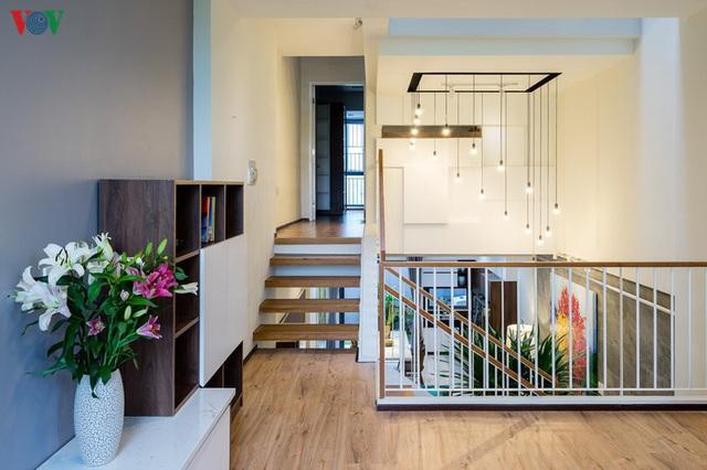Ngôi nhà phố có những cánh cửa gỗ trổ hình tam giác gây hiệu ứng đặc biệt trong nhà - Ảnh 10.