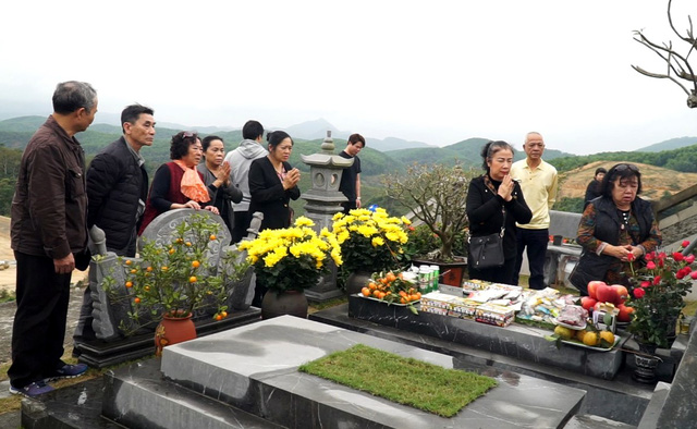 """Người dân ùn ùn đi tảo mộ ở nghĩa trang """"nhà giàu"""" - Ảnh 1."""