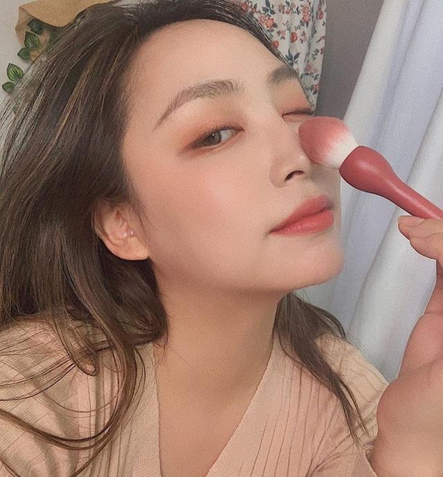 3 sản phẩm makeup dễ phá hoại nhan sắc của bạn ngày Tết, khiến da đã khô lại càng thêm bong tróc héo mòn - Ảnh 3.