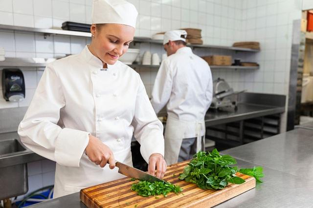 Vì sao đầu bếp ít mang găng tay khi nấu nướng - Ảnh 1.