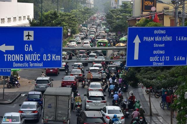 Cửa ngõ sân bay Tân Sơn Nhất kẹt xe kinh hoàng ngày giáp Tết - Ảnh 1.