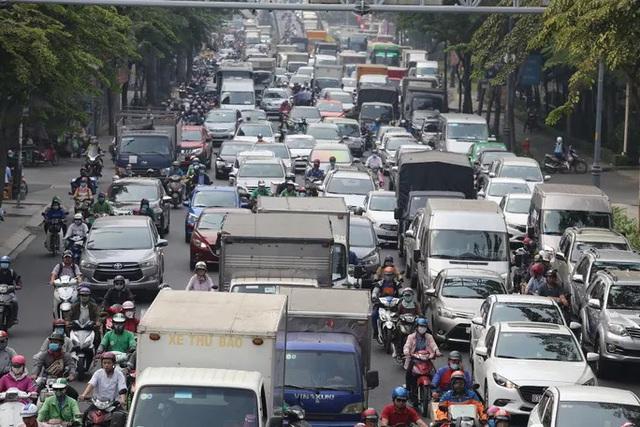 Cửa ngõ sân bay Tân Sơn Nhất kẹt xe kinh hoàng ngày giáp Tết - Ảnh 2.