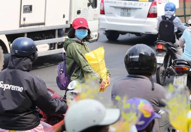Cửa ngõ sân bay Tân Sơn Nhất kẹt xe kinh hoàng ngày giáp Tết - Ảnh 16.