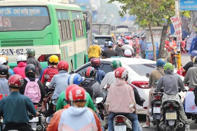 Cửa ngõ sân bay Tân Sơn Nhất kẹt xe kinh hoàng ngày giáp Tết - Ảnh 6.