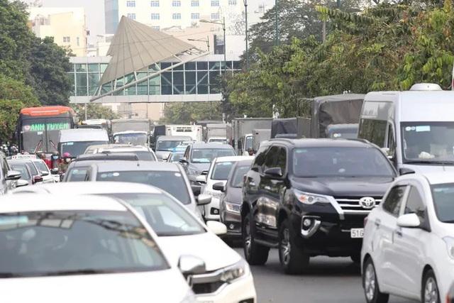 Cửa ngõ sân bay Tân Sơn Nhất kẹt xe kinh hoàng ngày giáp Tết - Ảnh 8.