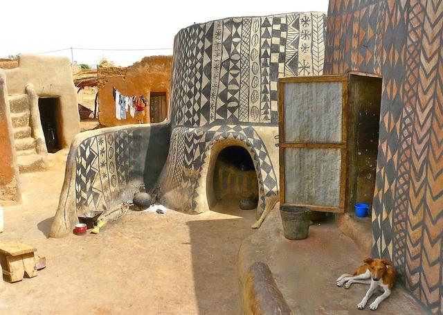 Ghé thăm làng đất nung độc đáo của quý tộc châu Phi, ngôi nhà nào cũng là tác phẩm nghệ thuật đặc sắc - Ảnh 2.