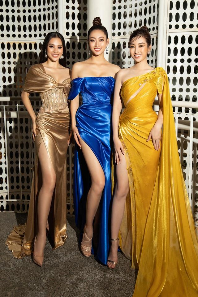 3 nàng Hậu Mỹ Linh - Tiểu Vy - Thùy Linh diện váy xẻ thót tim, khoe nhan sắc đỉnh cao trong một khuôn hình - Ảnh 2.