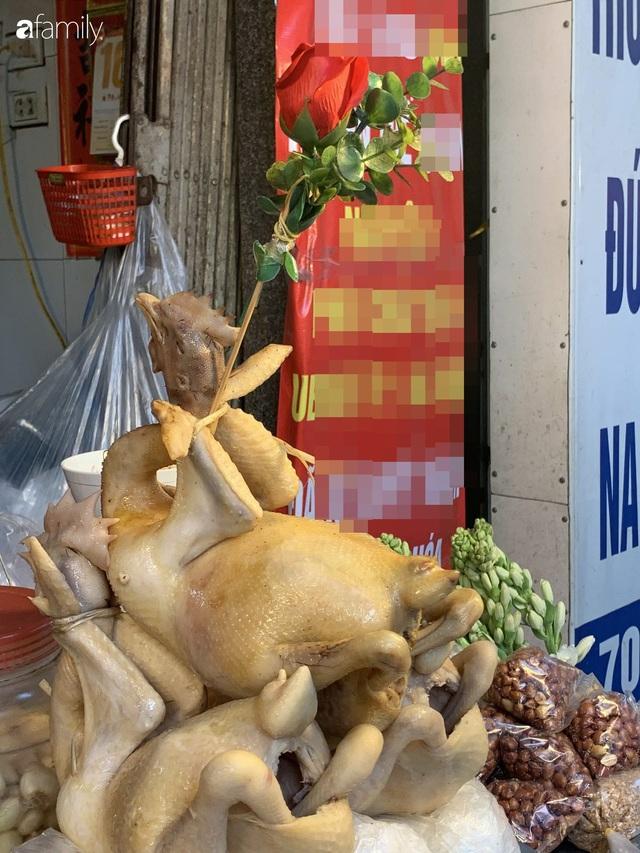 Dạo một vòng chợ Hà Nội: Giá gà cúng đa dạng, loại đắt và đẹp nhất rơi vào khoảng 300 nghìn đồng/kg - Ảnh 2.