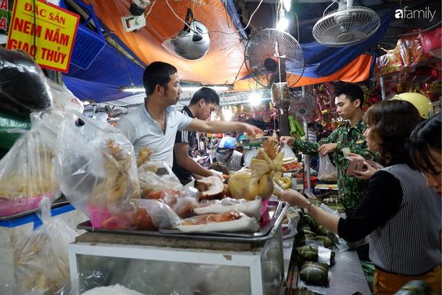 Dạo một vòng chợ Hà Nội: Giá gà cúng đa dạng, loại đắt và đẹp nhất rơi vào khoảng 300 nghìn đồng/kg - Ảnh 12.