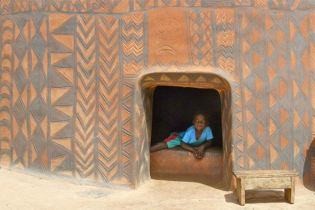 Ghé thăm làng đất nung độc đáo của quý tộc châu Phi, ngôi nhà nào cũng là tác phẩm nghệ thuật đặc sắc - Ảnh 3.