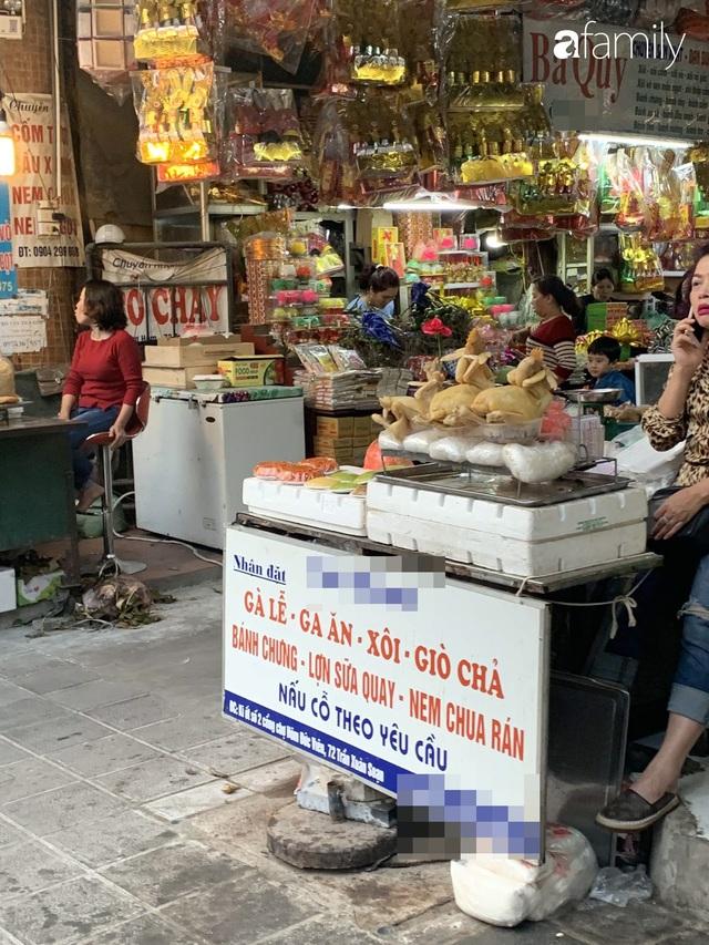 Dạo một vòng chợ Hà Nội: Giá gà cúng đa dạng, loại đắt và đẹp nhất rơi vào khoảng 300 nghìn đồng/kg - Ảnh 5.