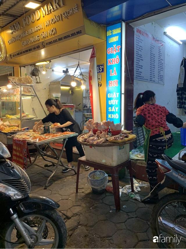 Dạo một vòng chợ Hà Nội: Giá gà cúng đa dạng, loại đắt và đẹp nhất rơi vào khoảng 300 nghìn đồng/kg - Ảnh 6.