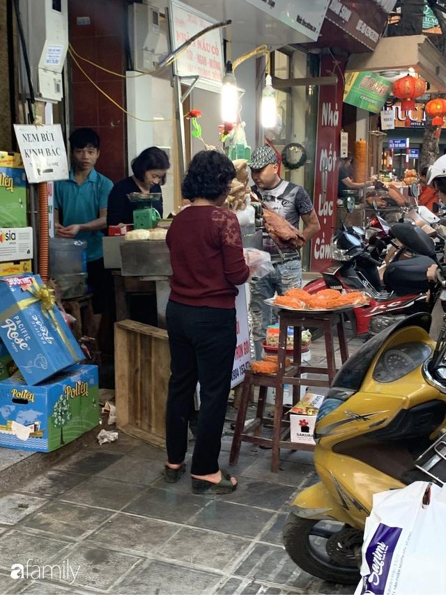 Dạo một vòng chợ Hà Nội: Giá gà cúng đa dạng, loại đắt và đẹp nhất rơi vào khoảng 300 nghìn đồng/kg - Ảnh 7.
