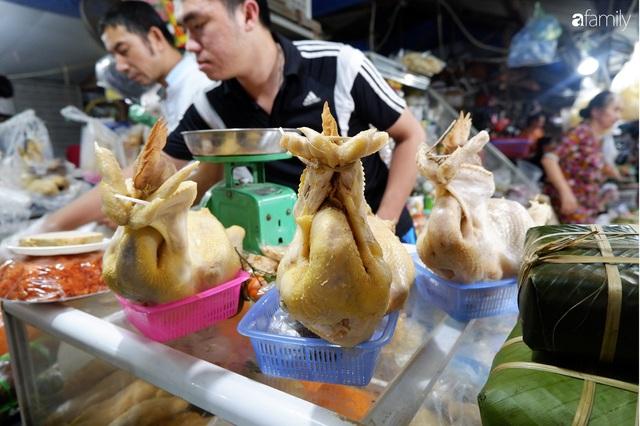 Dạo một vòng chợ Hà Nội: Giá gà cúng đa dạng, loại đắt và đẹp nhất rơi vào khoảng 300 nghìn đồng/kg - Ảnh 8.