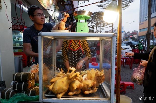 Dạo một vòng chợ Hà Nội: Giá gà cúng đa dạng, loại đắt và đẹp nhất rơi vào khoảng 300 nghìn đồng/kg - Ảnh 10.
