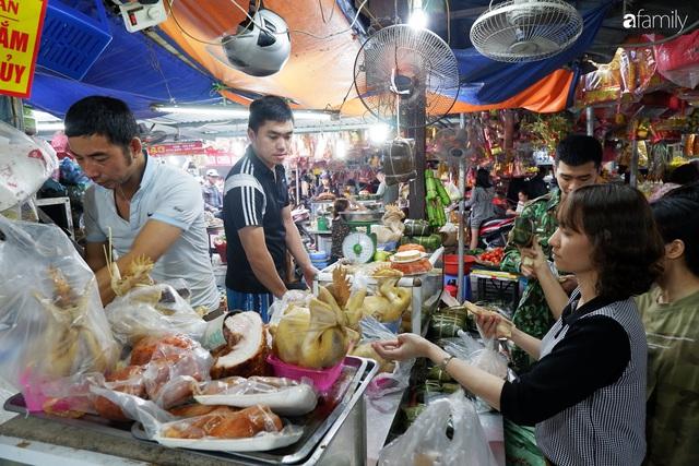 Dạo một vòng chợ Hà Nội: Giá gà cúng đa dạng, loại đắt và đẹp nhất rơi vào khoảng 300 nghìn đồng/kg - Ảnh 11.