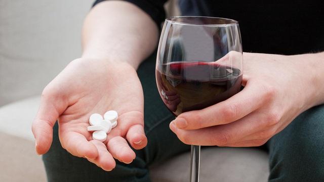 Những thực phẩm trở thành thuốc độc khi dùng chung với rượu - Ảnh 1.