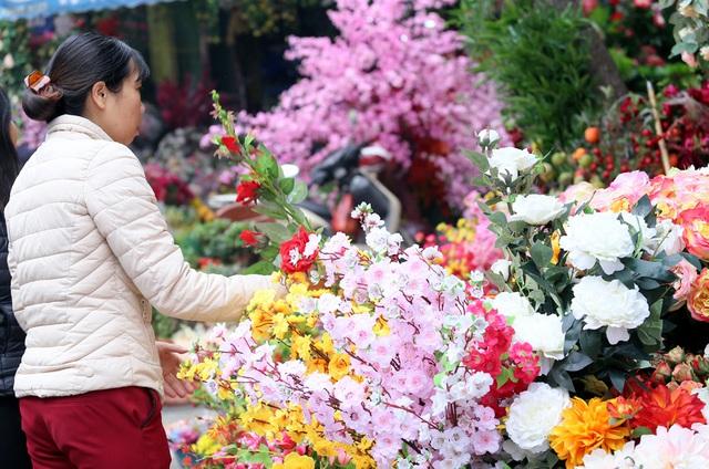 Hoa lụa đẹp hơn hoa thật, khách xuýt xoa mua về chơi Tết - Ảnh 1.