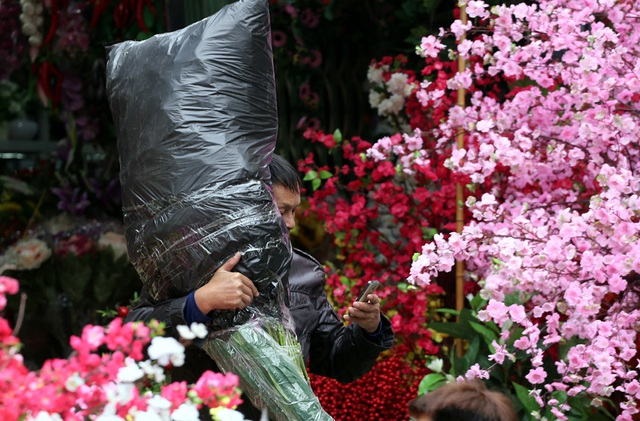 Hoa lụa đẹp hơn hoa thật, khách xuýt xoa mua về chơi Tết - Ảnh 2.