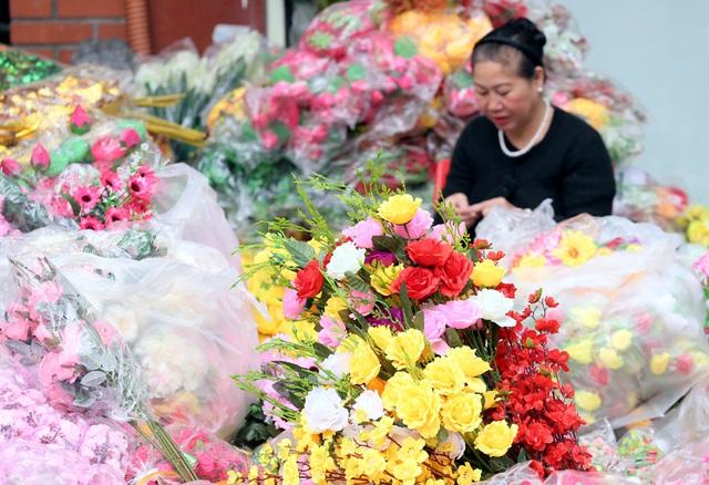 Hoa lụa đẹp hơn hoa thật, khách xuýt xoa mua về chơi Tết - Ảnh 3.