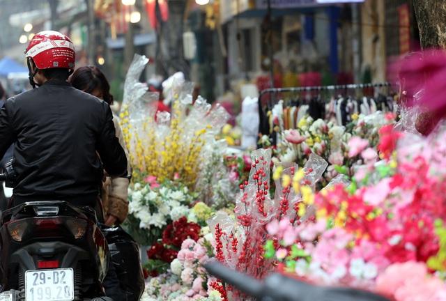 Hoa lụa đẹp hơn hoa thật, khách xuýt xoa mua về chơi Tết - Ảnh 4.