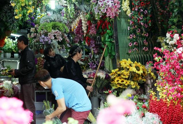 Hoa lụa đẹp hơn hoa thật, khách xuýt xoa mua về chơi Tết - Ảnh 5.