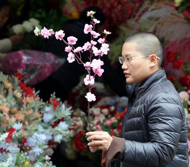 Hoa lụa đẹp hơn hoa thật, khách xuýt xoa mua về chơi Tết - Ảnh 6.