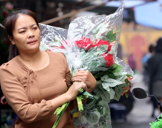 Hoa lụa đẹp hơn hoa thật, khách xuýt xoa mua về chơi Tết - Ảnh 7.