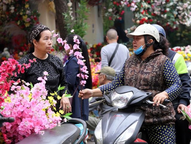Hoa lụa đẹp hơn hoa thật, khách xuýt xoa mua về chơi Tết - Ảnh 9.