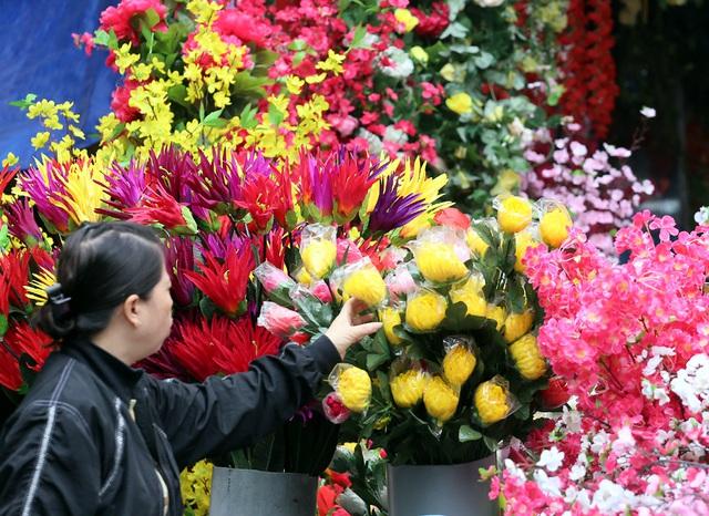 Hoa lụa đẹp hơn hoa thật, khách xuýt xoa mua về chơi Tết - Ảnh 10.
