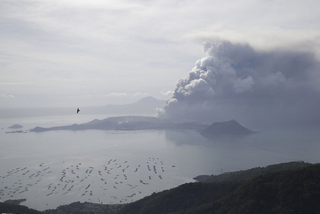 Hồ nước nổi tiếng ở miệng núi lửa Taal biến mất sau vài ngày phun trào - Ảnh 2.