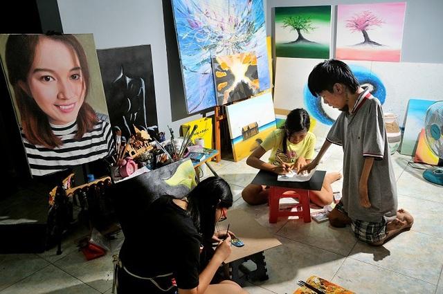 Đứa trẻ bị bỏ rơi năm xưa trở thành họa sĩ nổi tiếng - Ảnh 3.