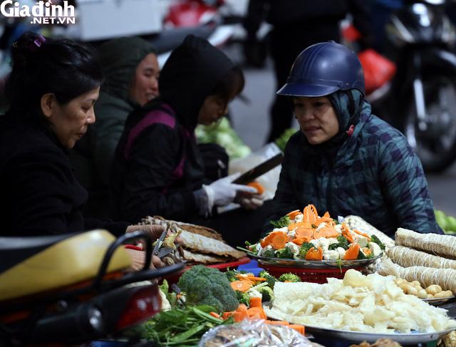 Mục sở thị chợ nhà giàu ngày Tết đậm chất quê giữa trung tâm Hà Nội - Ảnh 1.