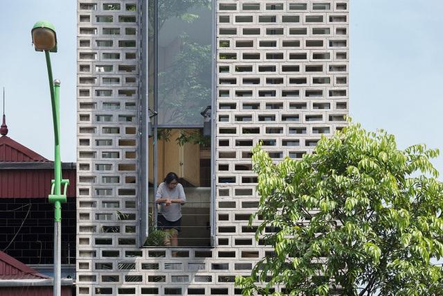 Ngôi nhà với thiết kế 2 lớp mặt tiền chống khói bụi ở Hà Nội - Ảnh 2.