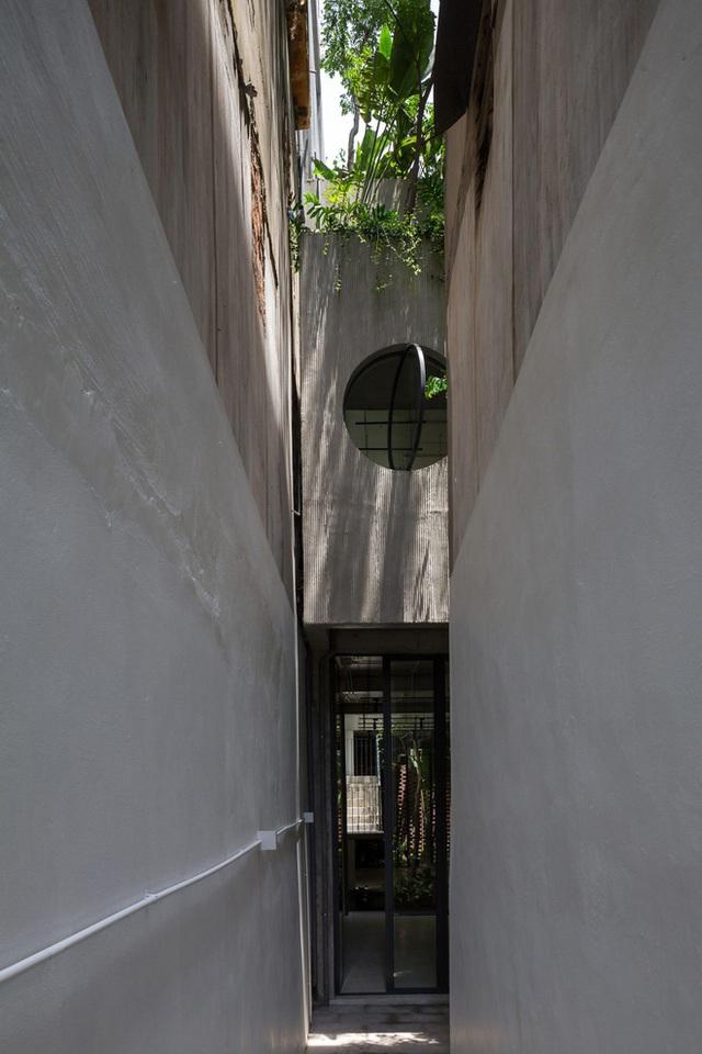 Ngôi nhà với thiết kế 2 lớp mặt tiền chống khói bụi ở Hà Nội - Ảnh 3.
