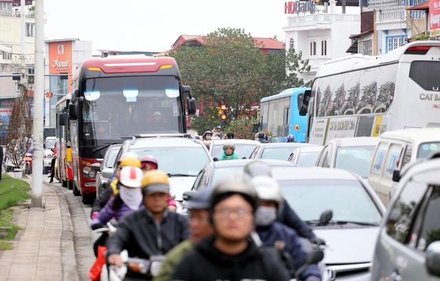 Tranh thủ cuối tuần, người Hà Nội đổ đến chợ hoa Quảng An mua sắm đông nghẹt thở - Ảnh 13.