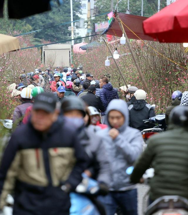 Tranh thủ cuối tuần, người Hà Nội đổ đến chợ hoa Quảng An mua sắm đông nghẹt thở - Ảnh 1.