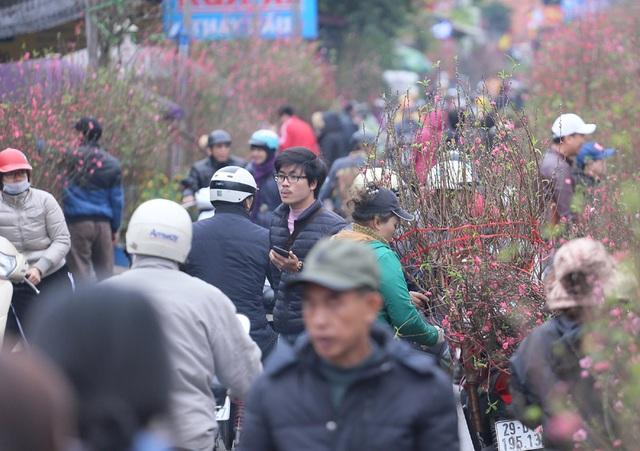 Tranh thủ cuối tuần, người Hà Nội đổ đến chợ hoa Quảng An mua sắm đông nghẹt thở - Ảnh 2.