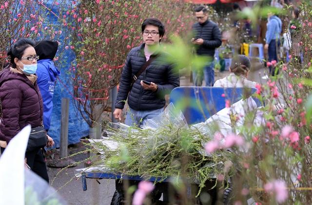 Tranh thủ cuối tuần, người Hà Nội đổ đến chợ hoa Quảng An mua sắm đông nghẹt thở - Ảnh 3.
