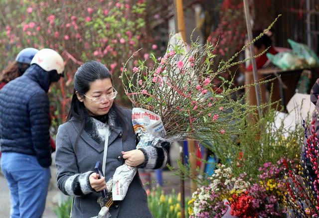Tranh thủ cuối tuần, người Hà Nội đổ đến chợ hoa Quảng An mua sắm đông nghẹt thở - Ảnh 4.